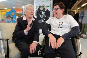Hanna Kamrat spricht mit Kammerschauspielerin Julia Gschnitzer