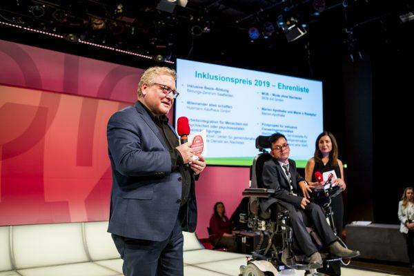 Albert Brandstätter (Generalsekträter Lebenshilfe Österreich) stellt die Ehrenliste vor