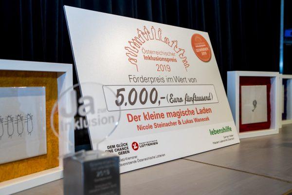 Inklusionspreis 2019 - Statuetten, Kunstwerke und Scheck